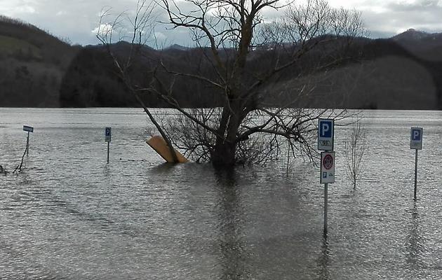 acqua sommerge parcheggio del lago del salto