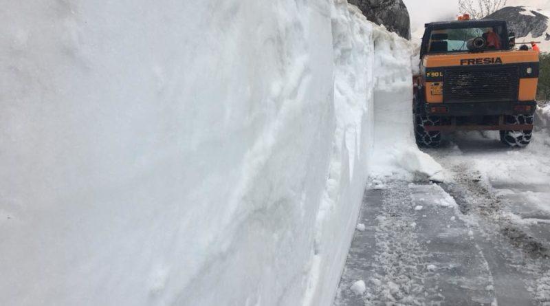 Il muro di neve presente a sinistra della carreggiata