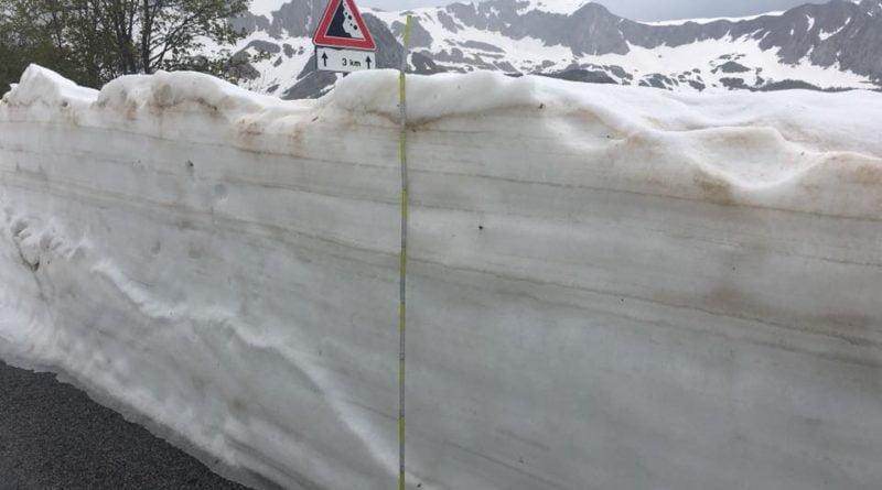 La misurazione della neve sulla strada quasi due metri