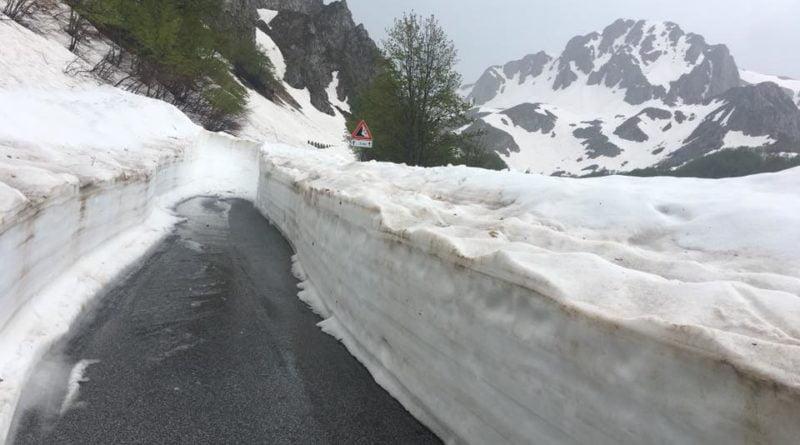 La strada liberata dagli ingenti accumuli nevosi