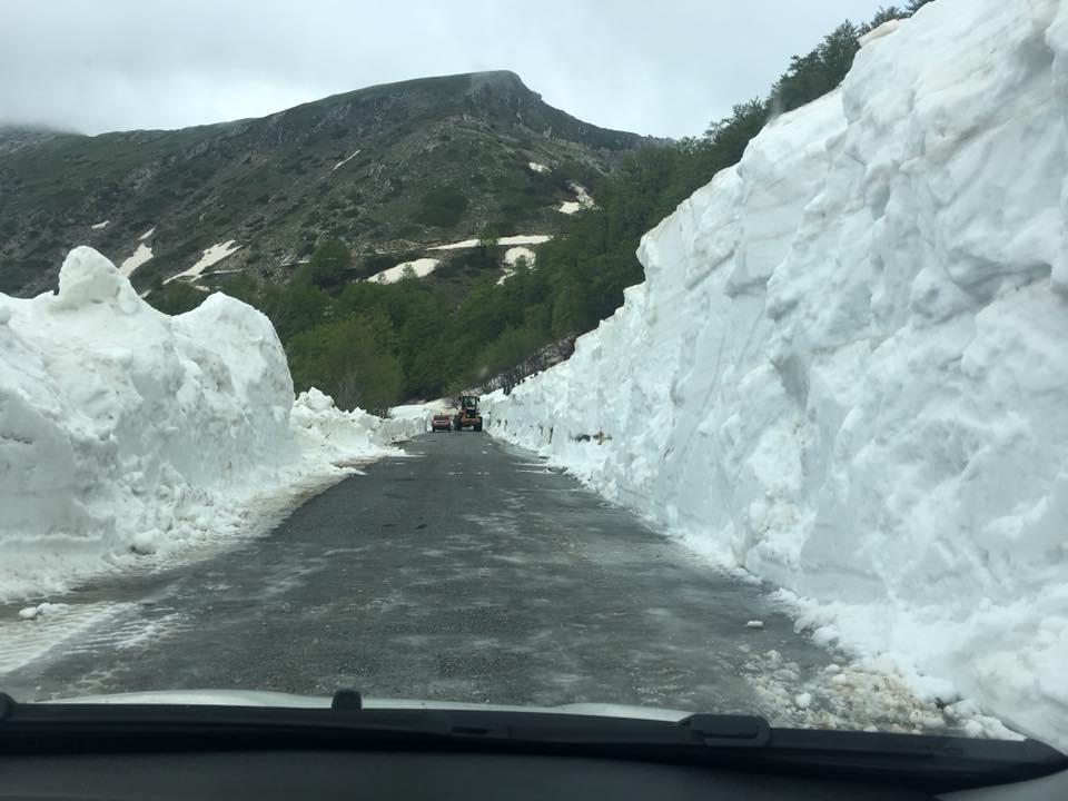 Parte della strada pulita dagli ingenti accumuli nevosi