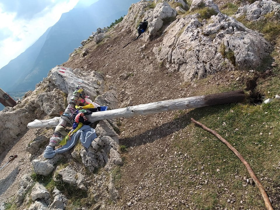 Sradicata e gettata per terra la croce che indica la vetta del Monte Autore - Livata (RM